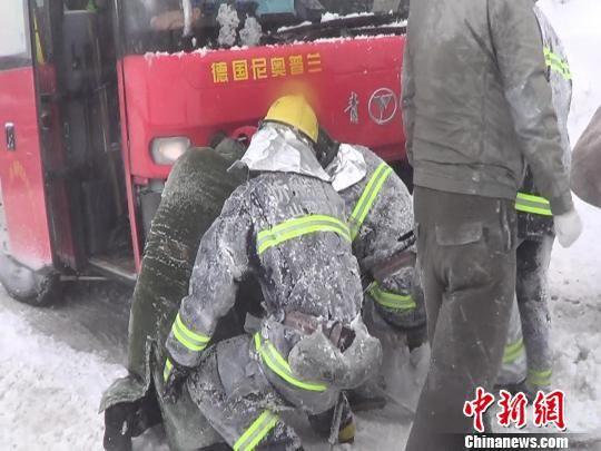 11日,因景区突降雨雪,近百名外籍游客乘坐的3辆大巴车与数辆私家车受困鸿门岩。经过三个多小时救援,全部游客成功脱离险境。 邓建杰 摄