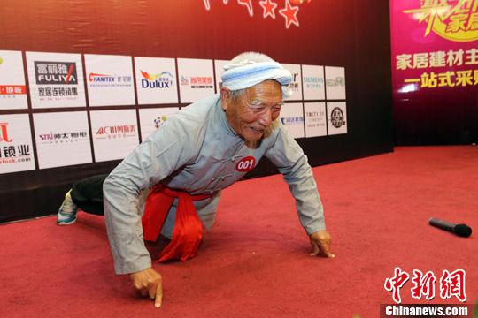 图为85岁老者张裕勤在舞台上演唱陕北民歌《羊肚肚手巾三道道蓝》后做俯卧撑。中新社发 张云 摄