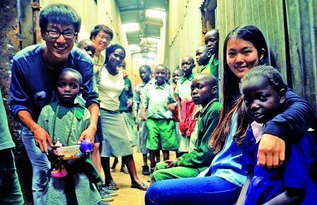 路洋(左一)与肯尼亚当地孩子合影。
