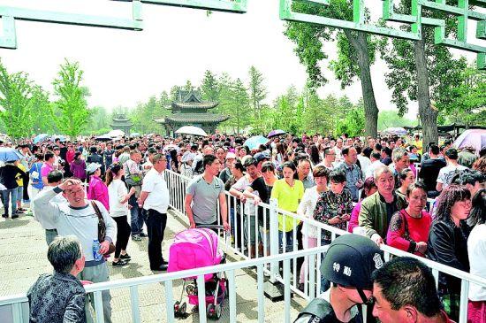 5月19日,太原晋祠博物馆门前等待领票的游客排起了长队。晨报记者 韩尚洁 摄