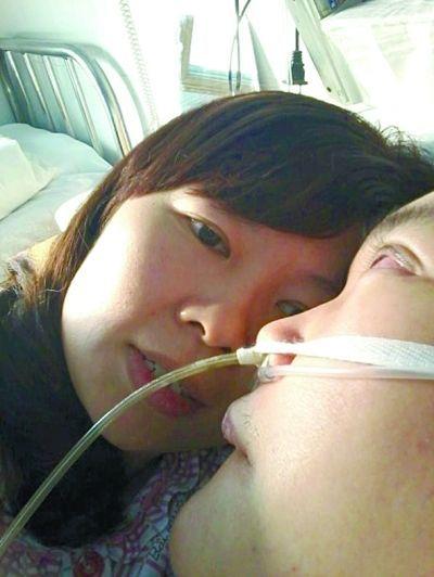 @伊人:别人今天跟心爱的人出去浪漫,我的今天是陪着老公在医院,不过心里也很幸福!因为我心爱的人也还在我身边呀!@Hi都市报