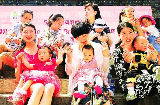 """20余位妈妈在迎泽公园以""""哺乳快闪""""形式倡导母乳喂养。"""