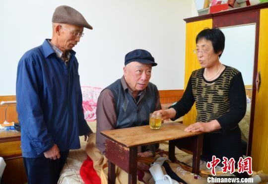 四弟闫家栋和妻子无微不至照顾瘫痪哥哥。 任红生 摄