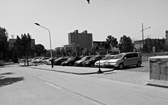 大学宿舍旁边的私家车有学生的车。