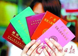 即使何嘉慧手握多本证件,但暂时还不能拿回自己身份。记者苏俊杰摄