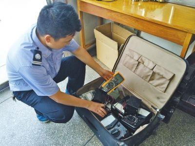 车站派出所工作人员清点箱子中的物品