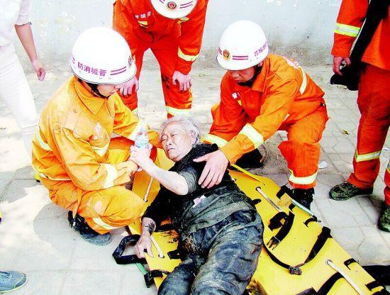 消防战士经过20分紧急救援将老人救出。