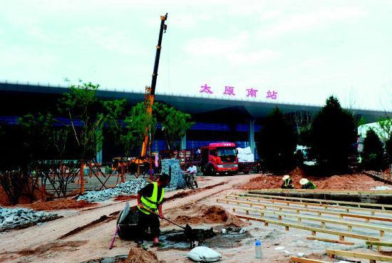 太原南站西广场地面铺砖完成过半