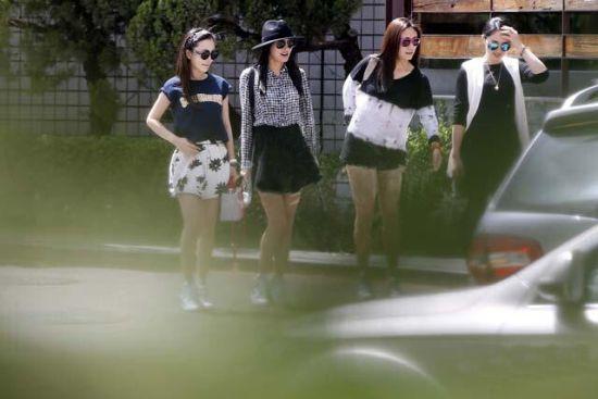 姐妹淘聚会齐穿短裙当街秀身段
