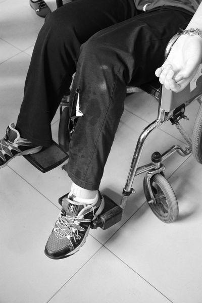 小燕腿部受伤,120急救人员在其考完试后,将她送到医院
