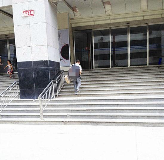每天爬过的台阶数也数不清