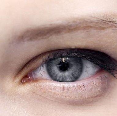 针对小眼睛:眼线就要画短一些,粗一些,从睫毛线中间位置开始画直到图片