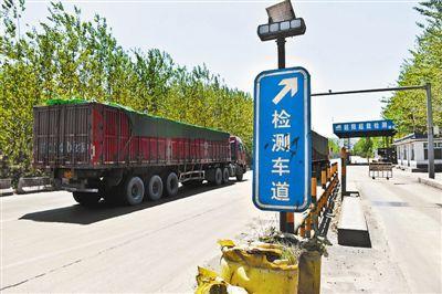 6月10日,在山西省古交市镇城底超限检测站,一辆大货车未进入检测车道就扬长而去。
