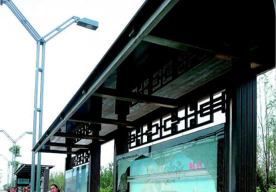 """遭""""毒手""""的公交站台。"""