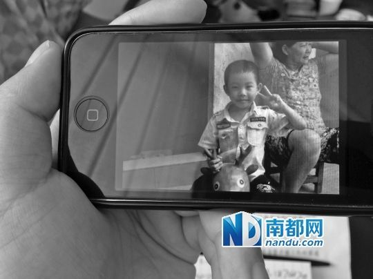 父亲手机中留下凌进成活泼的身影。 南都记者 朱鹏景 摄
