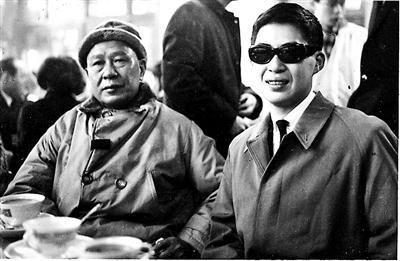 白先勇与父亲,1963年1月在台北松山机场留影