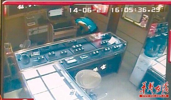张某盗窃钻戒后,还试图删除监控视频。视频截图