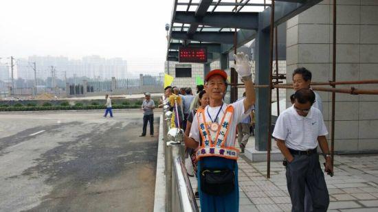 太原七旬志愿者马金明在太原南站