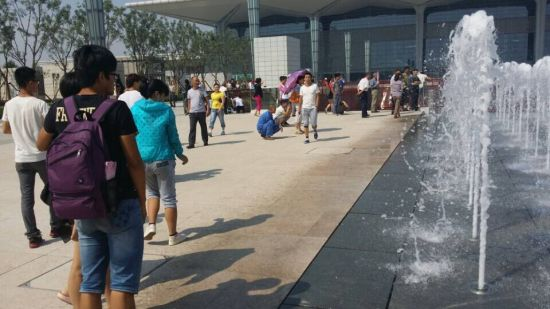 太原南站西广场喷泉开放引围观