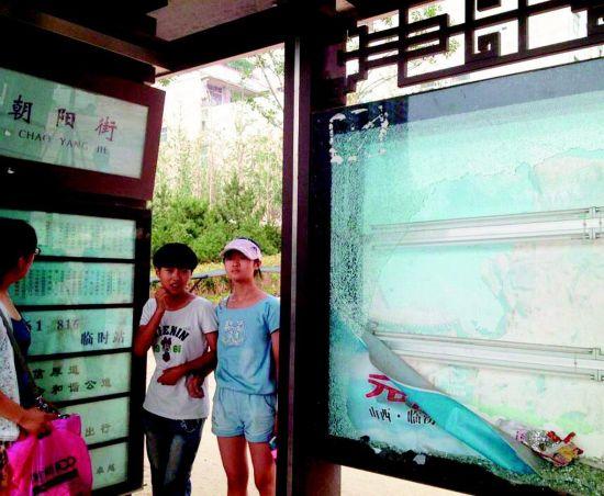 东中环朝阳街公交站台的广告灯箱玻璃被人砸碎