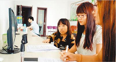 主持节目前,海璐璐(右三)在与同事校稿。马金凤摄