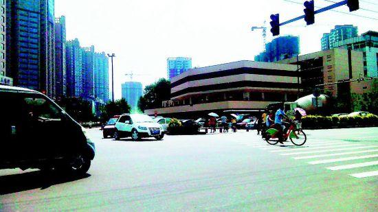 并州南路亲贤街口,南北掉头车辆与东西向行人在同一时间被放行。