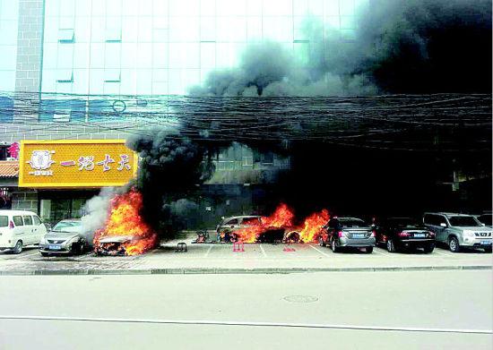 事发时,多辆轿车猛烈燃烧。