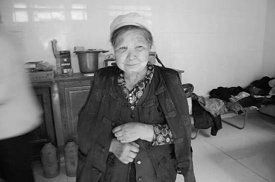 """纵火案嫌疑人包来旭的母亲说:""""现在他闯下了这么大的祸,我再也不想他了。""""记者宋维国摄"""