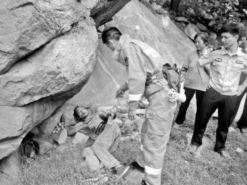 洪先生被发现的地方,是一个天然石窝,救援人员赶来时,他正躺在大石下休息。 孙国峰 摄