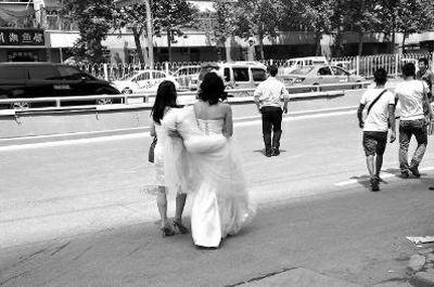 新郎新娘到路对面去打车。华商报读者 席绪良 供图