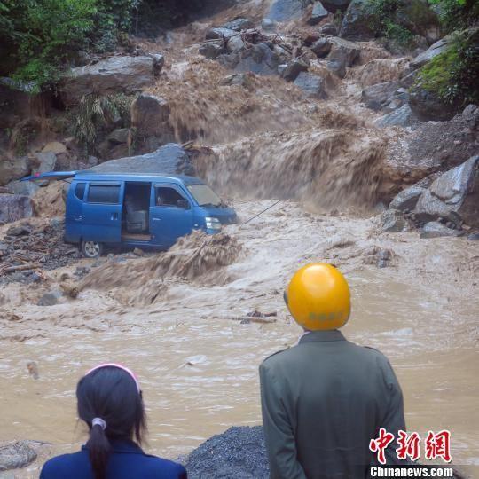 面包车在行驶途中遭遇泥石流 五公宣 摄