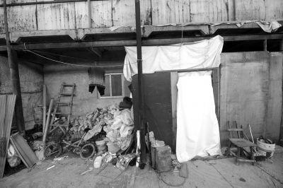 一家人居住在简陋的彩钢板房里。