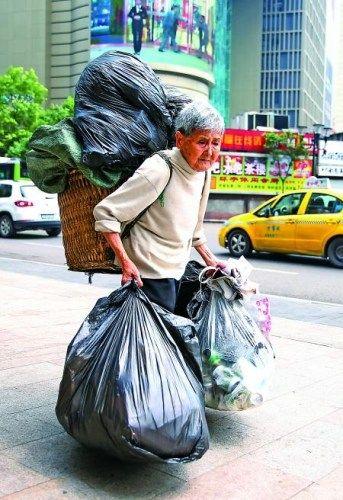 渝中区,在街头捡垃圾的张大芳老人。