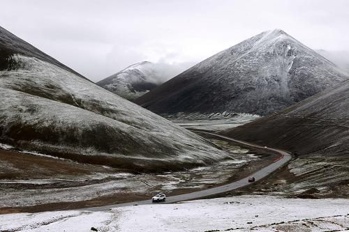 这是在海拔5190米的那根拉山口拍摄的纳木错景区景色(陈天湖摄)