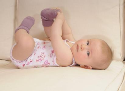 """""""凉从脚下起"""",所以我们有时会在炎热的夏日看到穿着厚棉袜的宝宝们,有"""