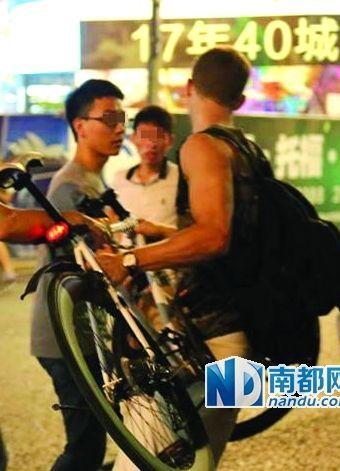 7月11日,宁波一位骑车老外与一位私家车主因碰撞起纠纷。