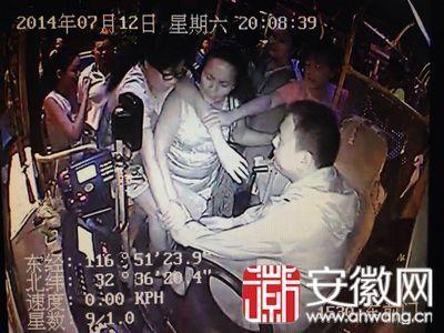 车内监控画面:女子(戴眼镜者)脚踢公交车司机。