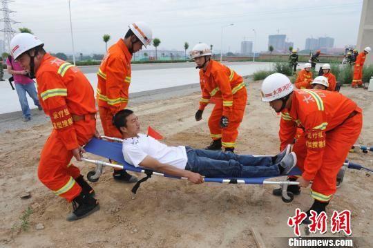 """集训队员在训练中营救""""伤员""""。 韦亮 摄"""