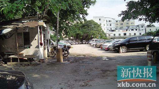 村中自设停车场十分简陋,无遮蔽且坑坑洼洼。