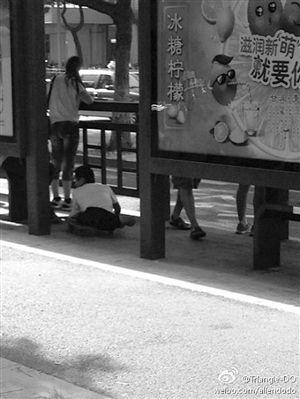 张小姐拍到的摸腿乞丐