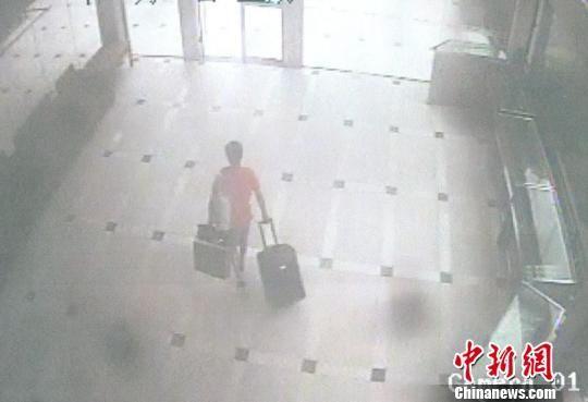 王某盗窃后用行李箱装着赃物大摇大摆的离开。 王梓龙 摄