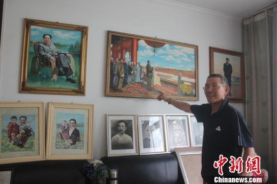 图为张福海讲述其画作背后的故事。 马义恒 摄