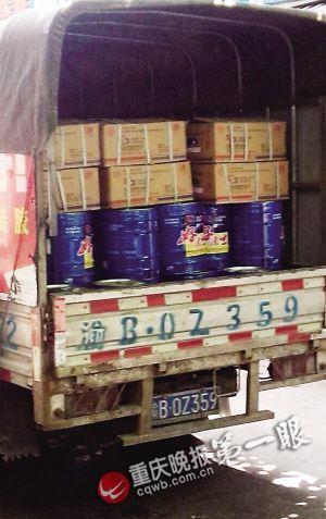 龙溪建材市场内,商家都使用普通货车运输油漆。