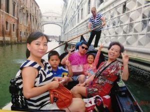 秦庆华(右一)在国外游玩
