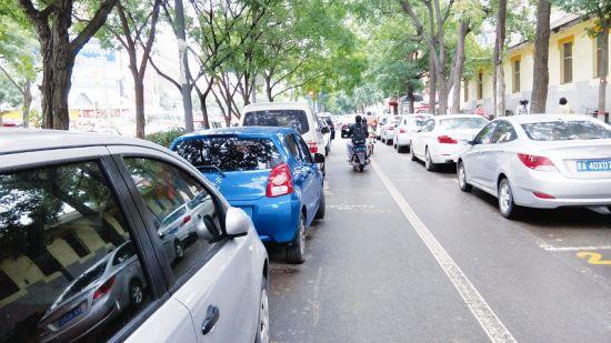 7月22日,太原市东岗路口的非机动车道停满了违停的车辆。 郭 艳摄