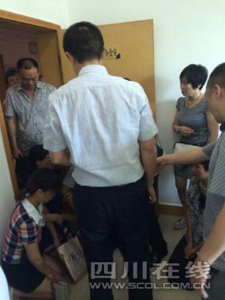 网友发帖称家长给教育局局长下跪