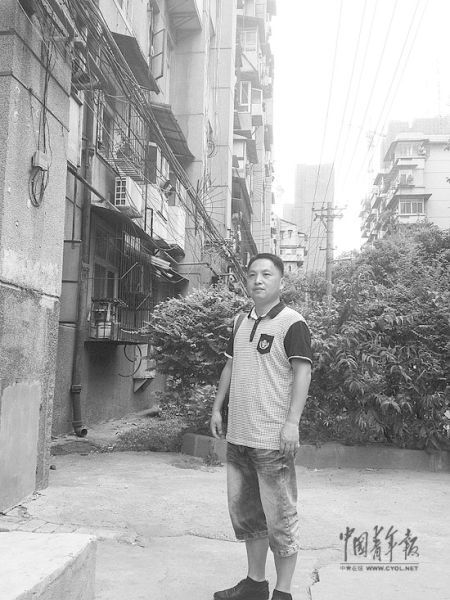 刘毅在昔日案发小区楼前。
