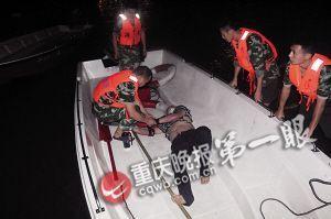 跳桥男子被消防成功营救
