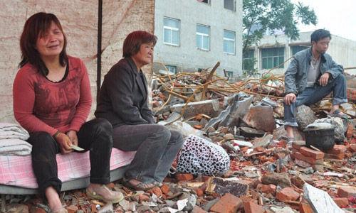8日凌晨12点许,位于河南新郑市龙湖镇的张红伟家,被十几名陌生人撬门侵入强拆。