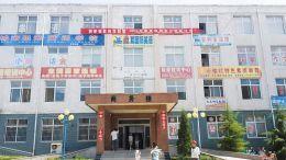 临猗县府东街华龙商务楼集结了14家培训机构。本报记者摄